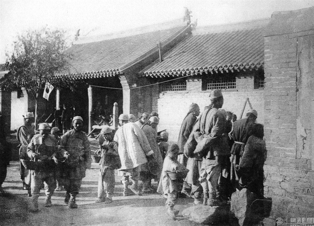 戰爭中,日本在佔領地推行了一系列安民政策,日本人的行政比清朝官吏公正清廉,推行的民政措施穩定了當地的社會局面,促進了經濟的恢復。圖為金州城原副都統府前,行政機構開設的粥棚,日本向無糧貧民施粥救濟的場景。