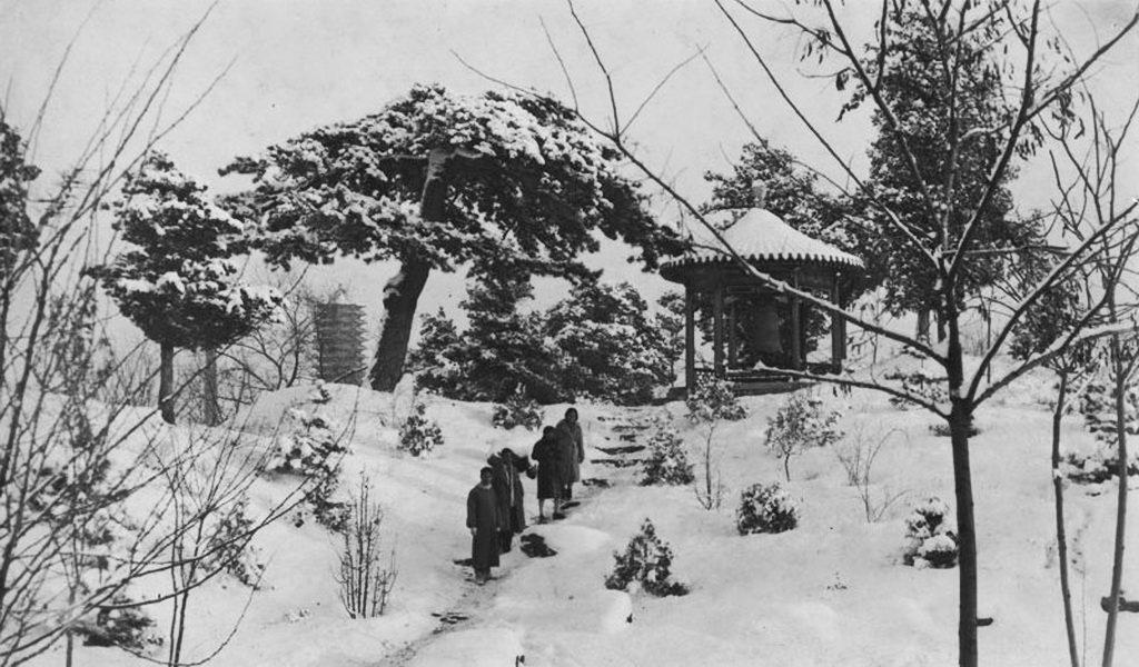 1931,燕京大學校園。博雅塔、鐘亭、小山、雪。