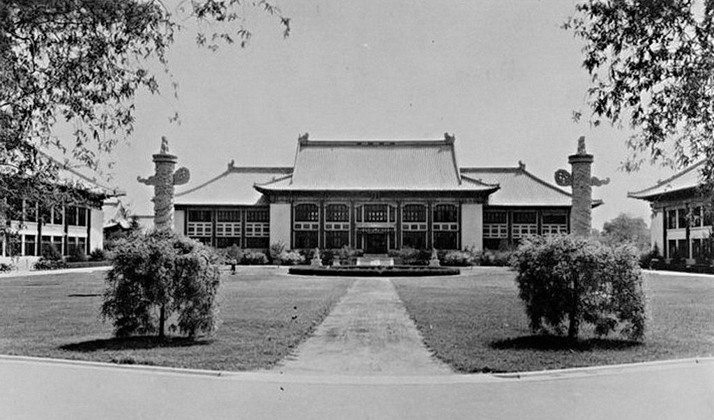 1937,燕京大學校園-貝公樓(巴什福德廰)、華表和方院。