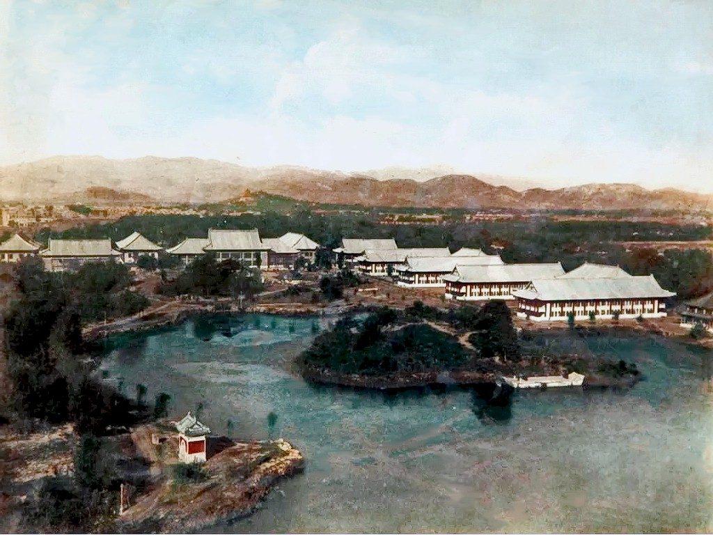 1925年,燕京大學新校園卽將竣工的未名湖鳥瞰,湖心島尚未建起八角亭。
