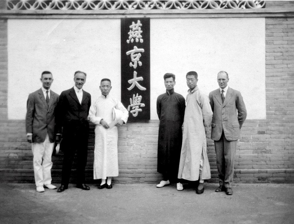 """1919,基督教美国美以美会、公理会、南北长老会,英国伦敦会将位于北京的三所教会学校(汇文大学-Peking University,华北女子协和大学-The North China Union College for Women,华北协和大学(通州男校)-North China Union College)合倂,聘司徒雷登任校长(左二)。初名""""北京大学(Peking University)"""",最后定名为""""燕京大学(Yenching University)""""。这是盔甲厂胡同时期的燕京大学男校大门内。"""